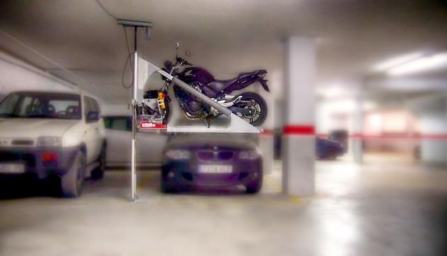 01_Motolift_elevado_con_moto_y_coche_frontal